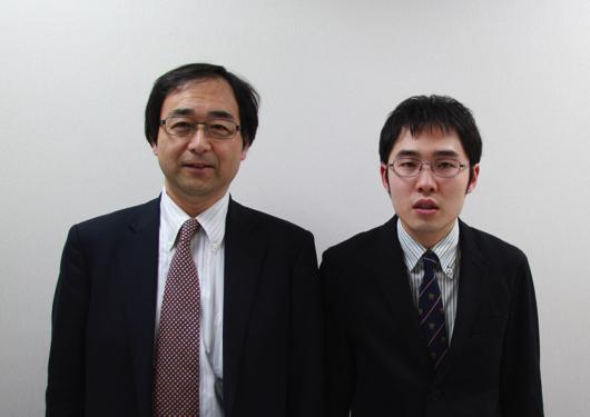 明蓬館高校日野公三校長と作家で卒業生の東田直樹さん(右)